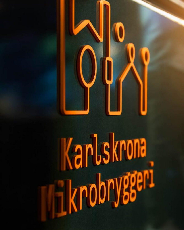Karlskrona-Mikrobryggeri-fasad-logo
